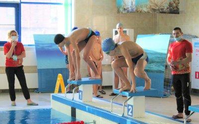 Школьники сдали нормативы ГТО по плаванию
